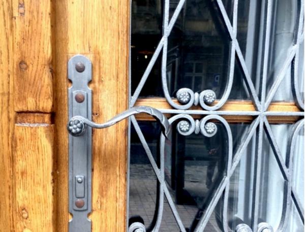 Відреставрувати брами і вхідні двері